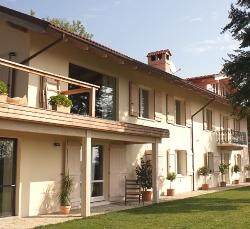 country-house-facciata-crema-due-piani-esterno