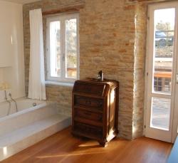 country-house-muro-pietra-finestre-bianche