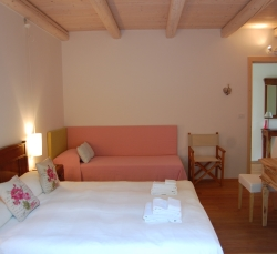 holiday-house-camera-da-letto-divano-rosa