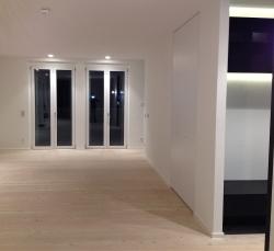 salotto-con-finestre-scure-bianche