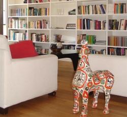 salotto-con-libreria-bianca-scaffali-poltrona