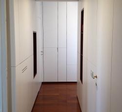 camera-da-letto-con-armadio-bianco-e-porte-bianche