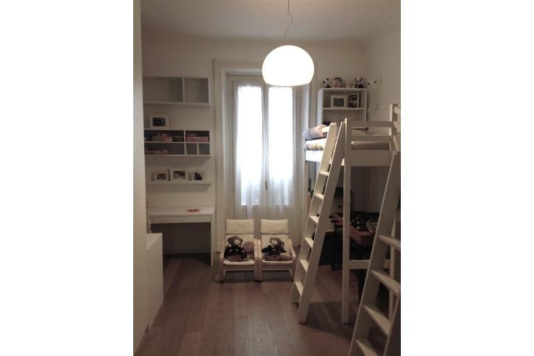 cameretta-per-bambini-con-letto-castello-bianco-sedie-legno