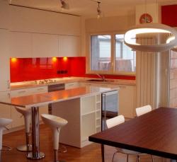 cucina-con-angolo-cottura-rosso