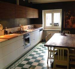 cucina-lineare-tavolo-legno-sedie-verdi