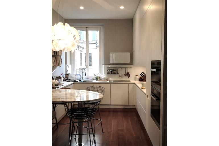 cucina-con-angolo-cottura-tavolo-marmo-sedie
