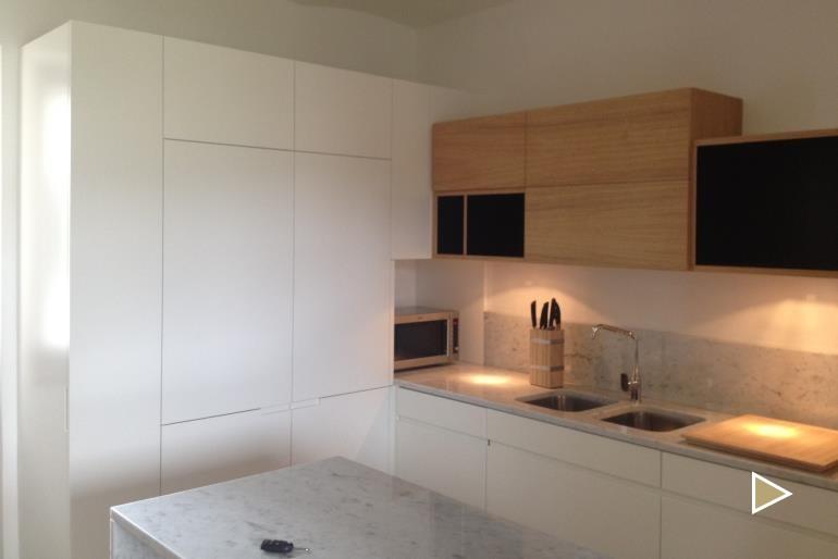 cucina-con-tavolo-marmo