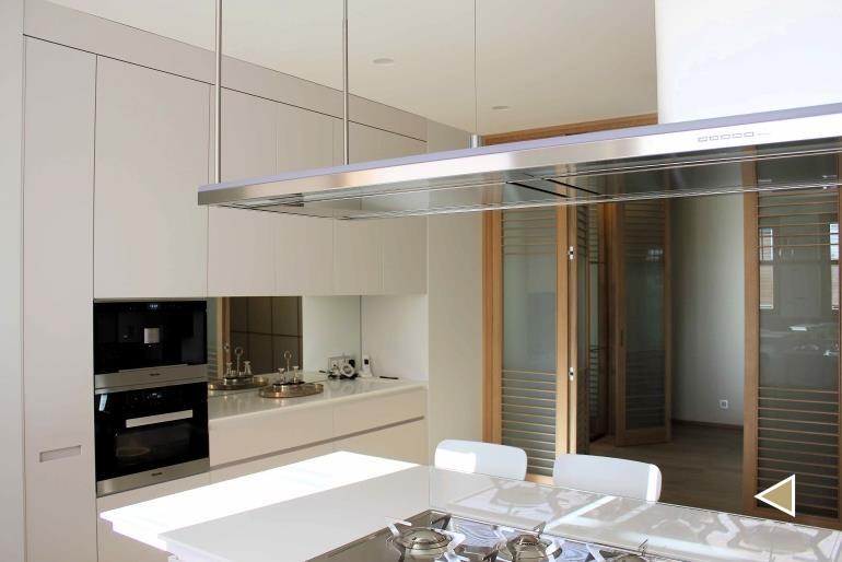 cucina-con-tavolo-bianco-finestre-legno