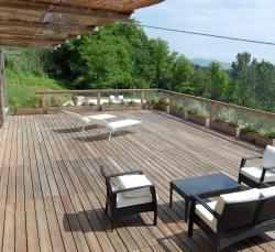 holiday-house-terrazza-con-tavolini-sedie-legno