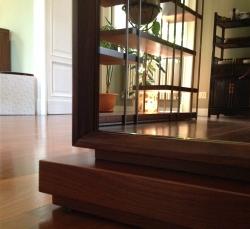 salotto-con-scala-legno-piante
